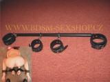 BDSM rozpěrka s koženými pouty